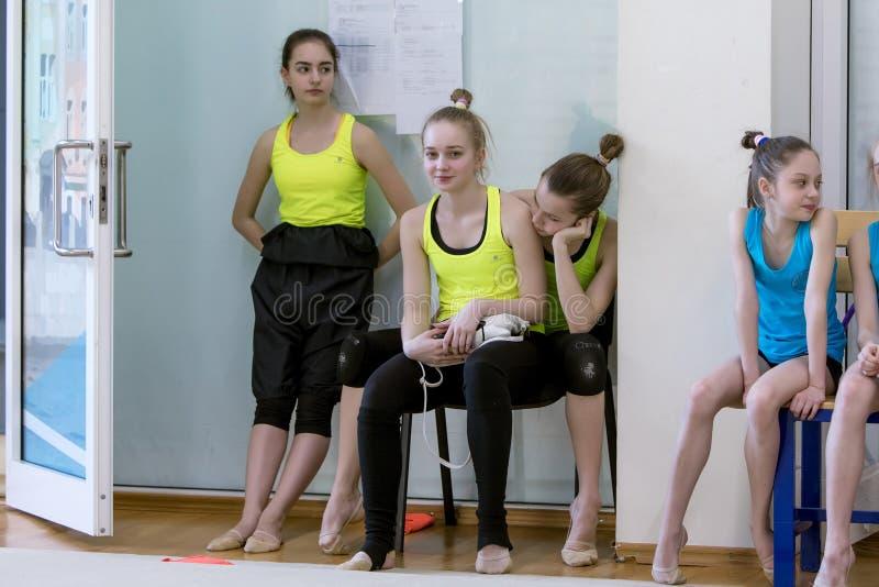 Un giovane adolescente prepara per la prestazione, scaldandosi ed esegue gli elementi relativi alla ginnastica ai concorsi fotografia stock libera da diritti
