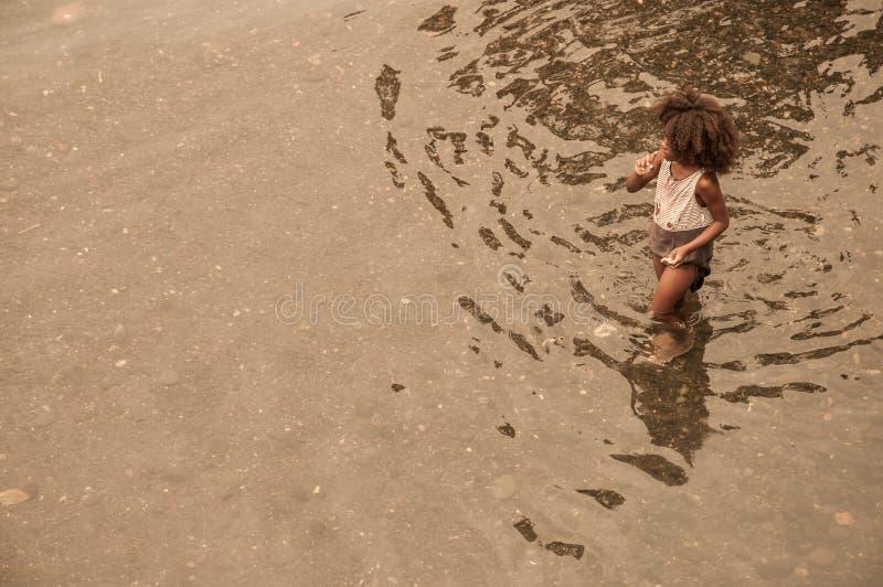 Un giovane bambino africano che bagna nel fiume locale fotografia stock libera da diritti