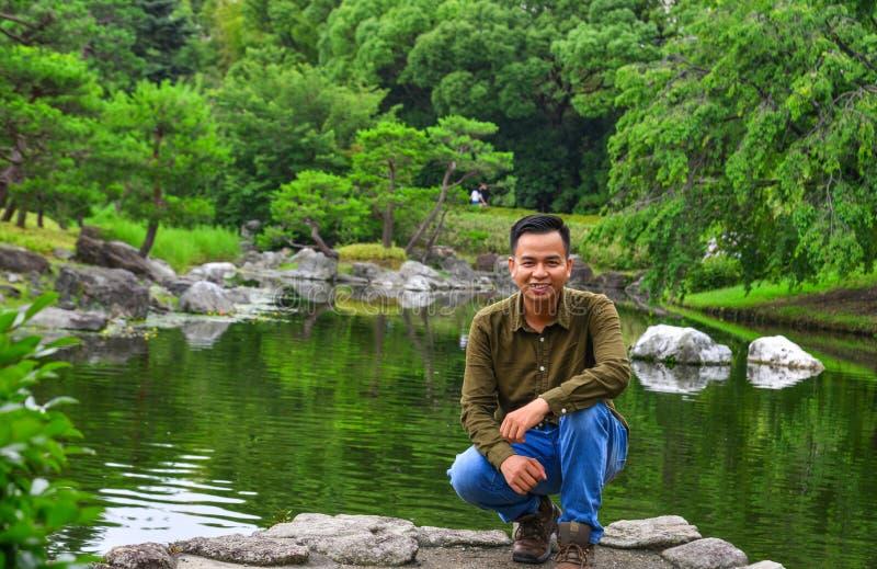 Un giovane che gode al giardino di estate fotografia stock libera da diritti