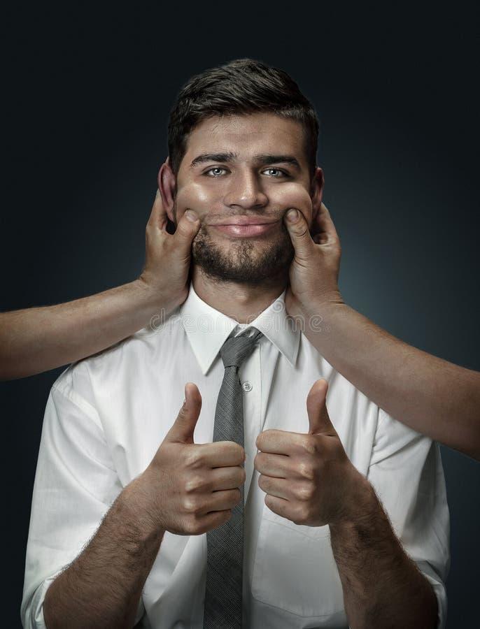 Un giovane circondato a mano come i suoi propri pensieri immagine stock libera da diritti