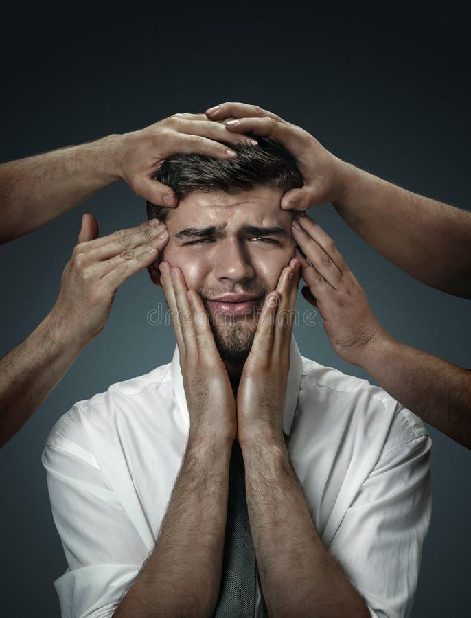 Un giovane circondato a mano come i suoi propri pensieri fotografie stock libere da diritti