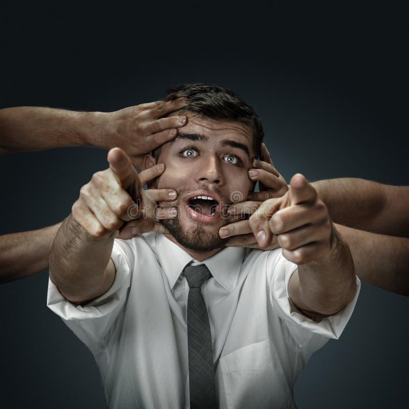 Un giovane circondato a mano come i suoi propri pensieri immagini stock libere da diritti