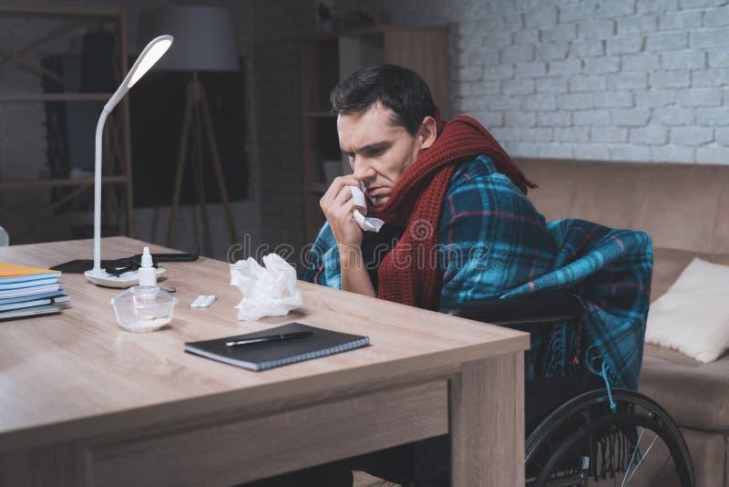 Un giovane con un'inabilità ha ottenuto un freddo fotografie stock