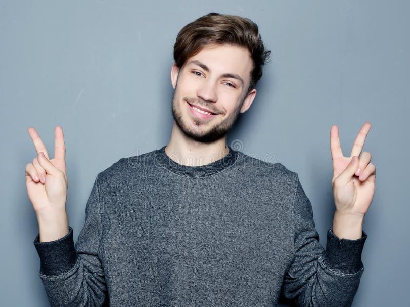 Un giovane ed uomo d'affari bello che indica su con il suo dito immagine stock