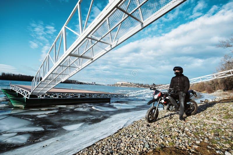 Un giovane entusiasta del motociclo che gode di bella vista di un franco immagine stock