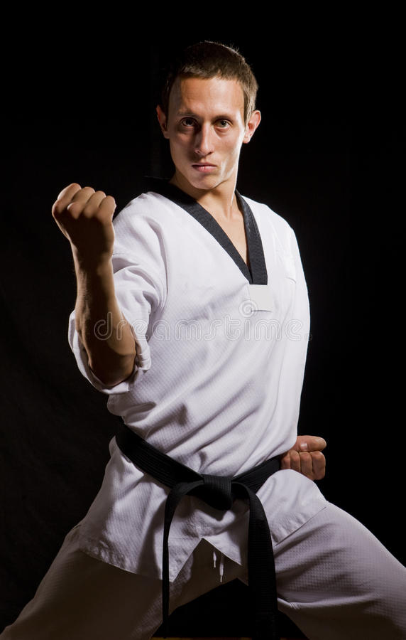 Un giovane in kimono bianco pronto a combattere immagine stock