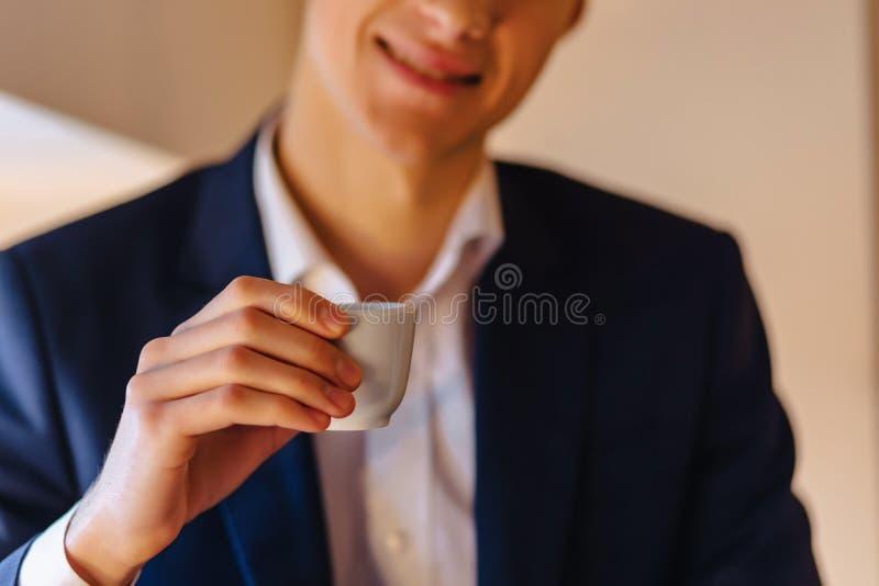 Un giovane tipo alla moda nel caffè espresso delle bevande del caffè immagine stock libera da diritti