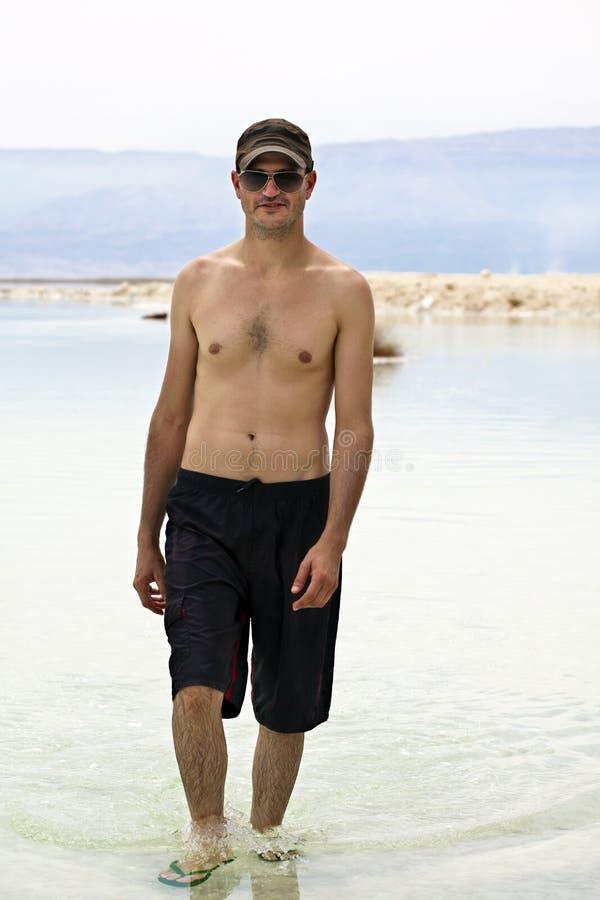 Turista in mar Morto immagini stock