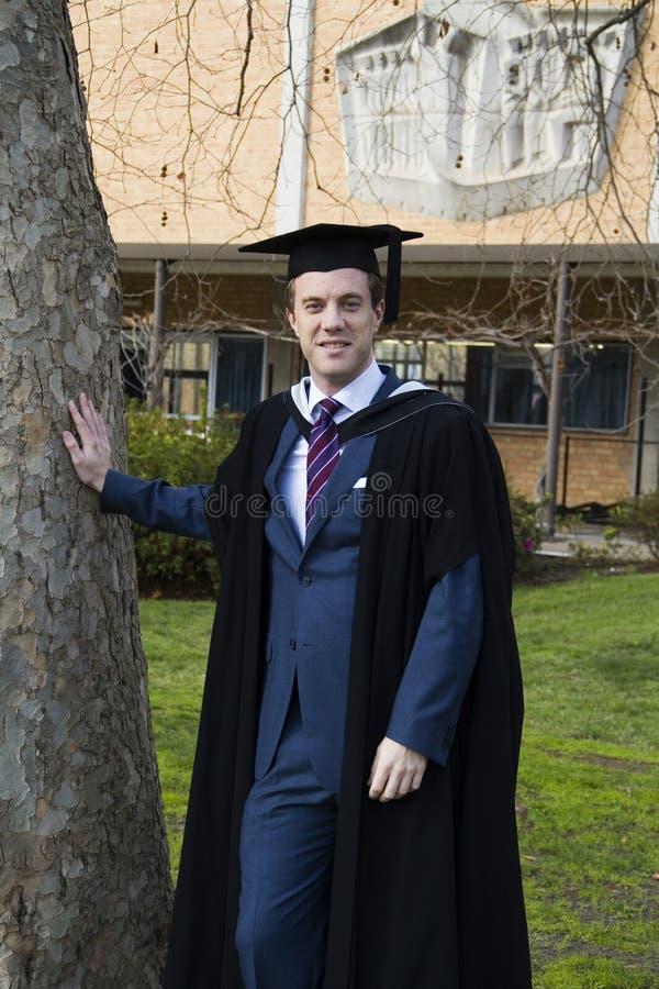 Un giovane in un abito di graduazione. fotografia stock
