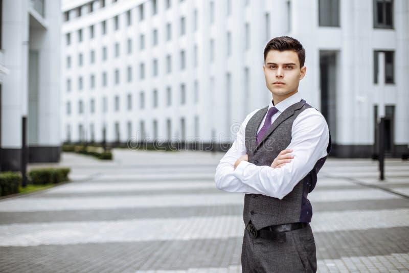 Un giovane uomo bello di affari all'edificio per uffici fotografia stock libera da diritti