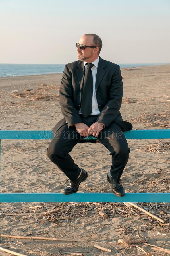 Un giovane uomo elegante è sulla spiaggia Ardea L'Italia fotografie stock