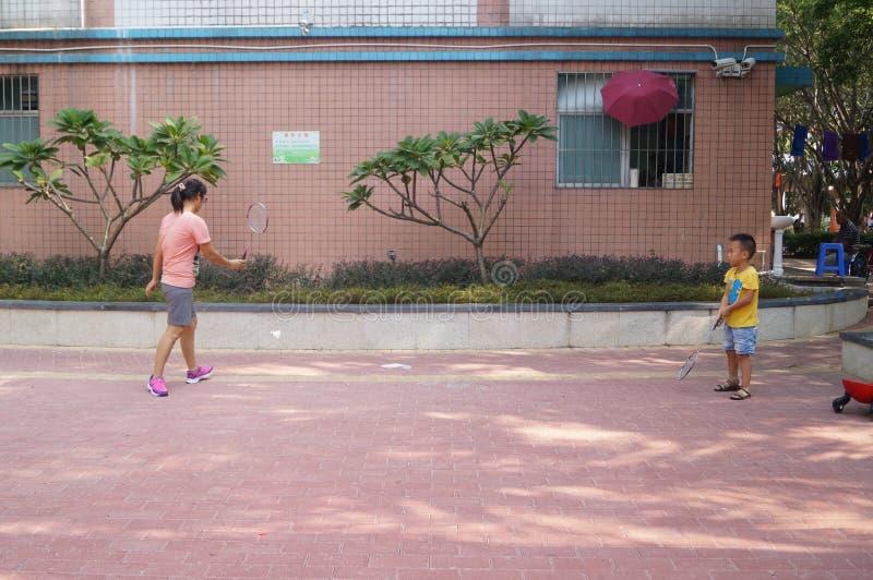 Un giovane volano del gioco del figlio e della madre immagini stock libere da diritti