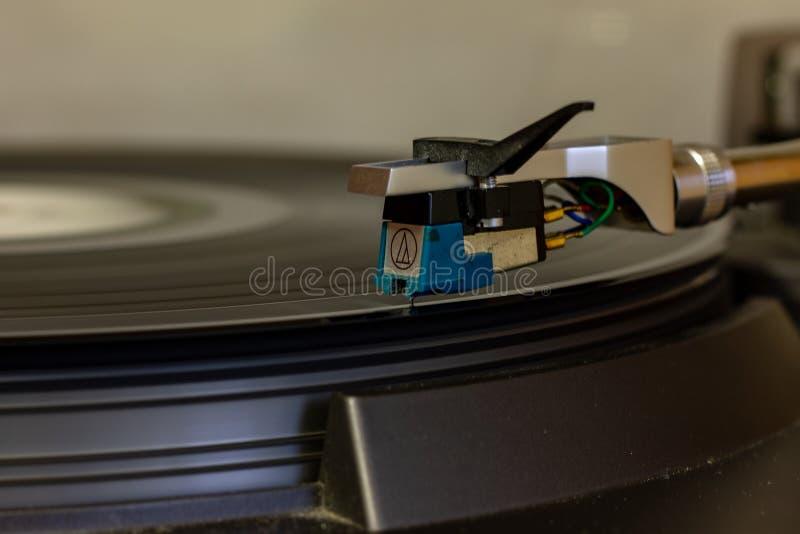Un giradischi anziano che ancora lavora e può leggere la musica dai dischi di vinile immagine stock libera da diritti