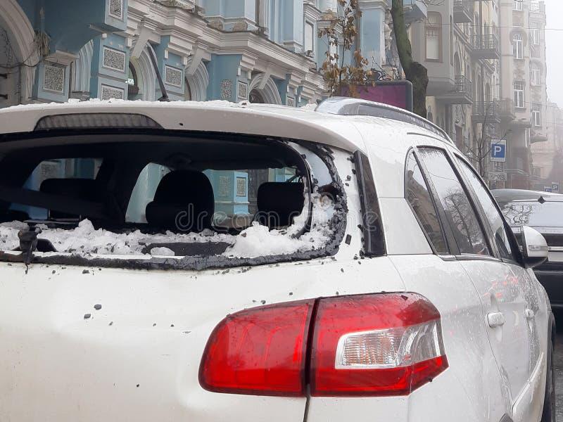 Un glaçon tombant du toit a heurté la voiture photo libre de droits