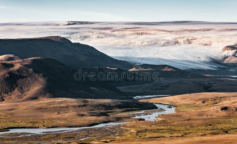 Un glaciar del casquete glaciar de Hofsjokull da a luz a un río imagen de archivo