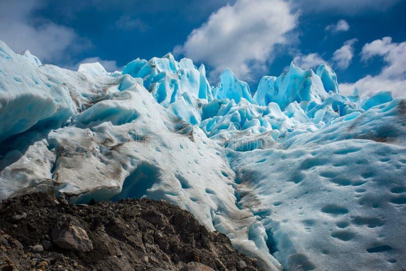 Un glacier bleu contre le ciel Shevelev photos stock
