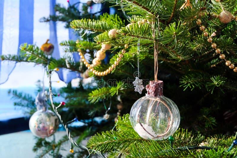 Un globo de la Navidad llenado de nieve artificial fotografía de archivo