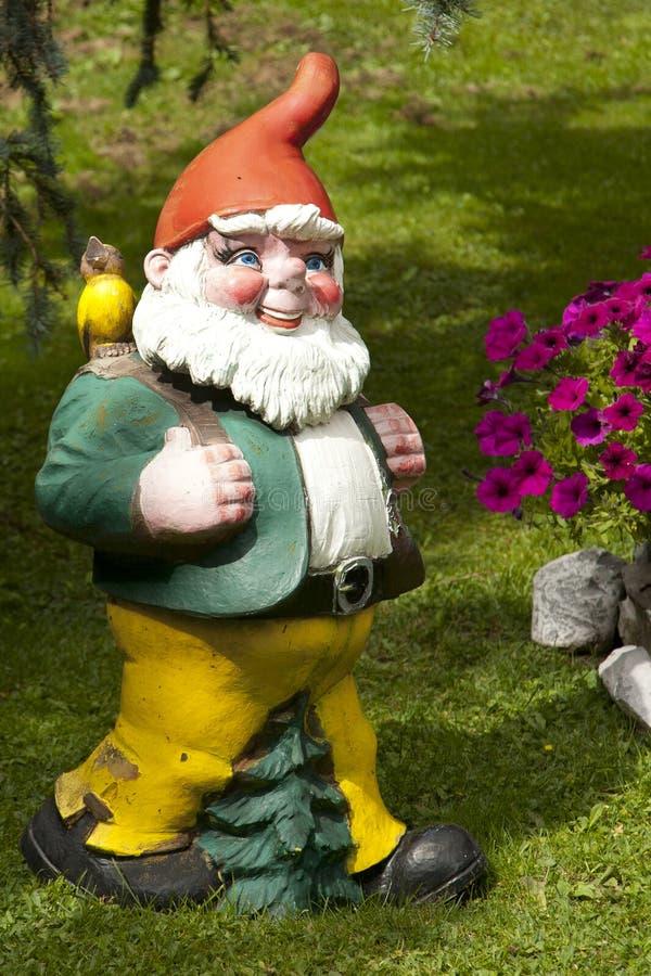 Un Gnome de jardin dans les Alpes suisses images libres de droits