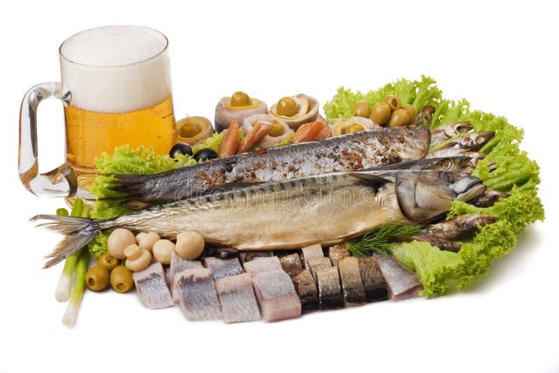 Un gobelet de bière et d'un positionnement de poissons image stock
