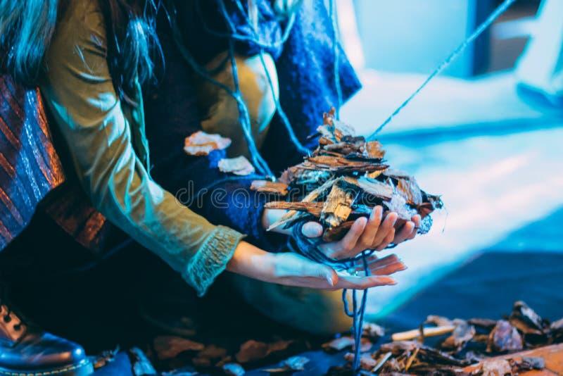 Un gomitolo di filo in mani di una donna immagini stock