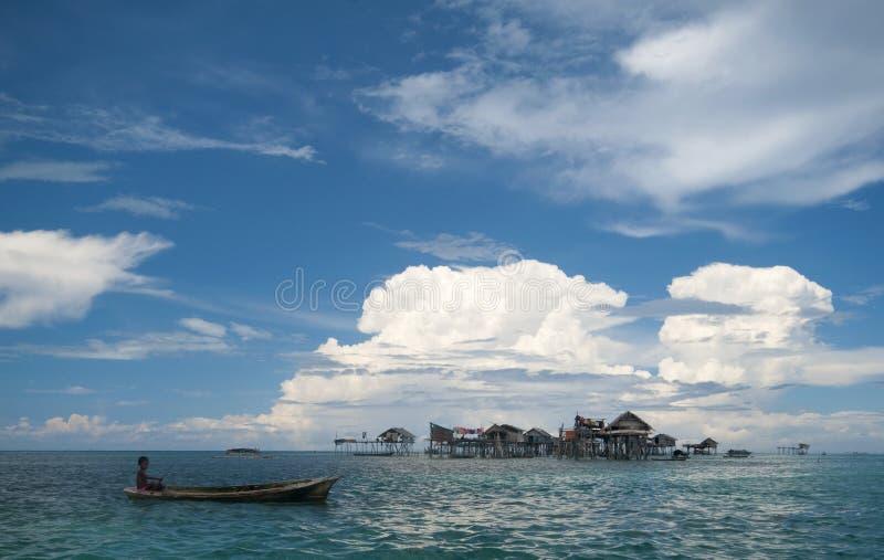 Un gosse gitan de mer de gens du pays barbote un bateau photographie stock