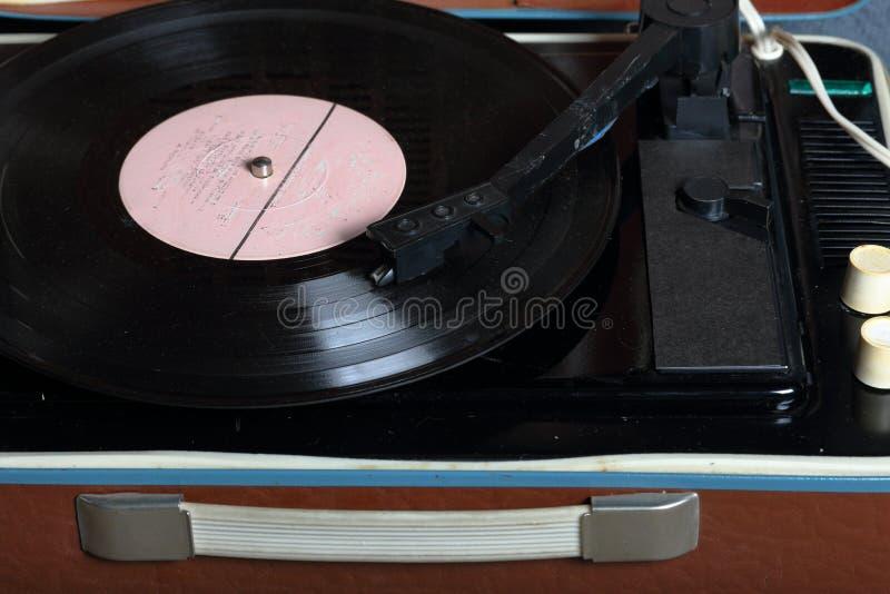 Un gramófono viejo con un disco de vinilo montado en él foto de archivo libre de regalías