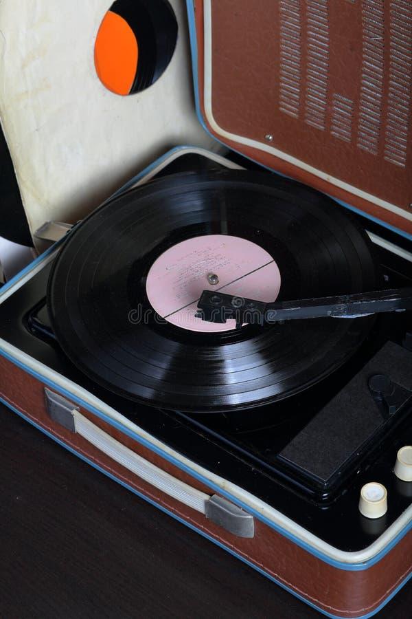 Un gramófono viejo con un disco de vinilo montado en él imágenes de archivo libres de regalías