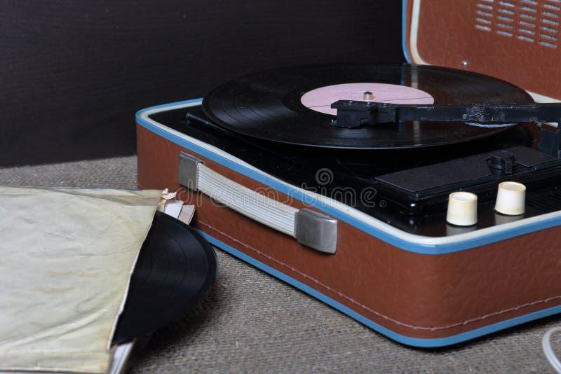 Un gramófono viejo con un disco de vinilo montado en él fotos de archivo