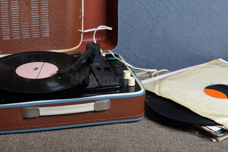 Un gramófono viejo con un disco de vinilo montado en él imagenes de archivo