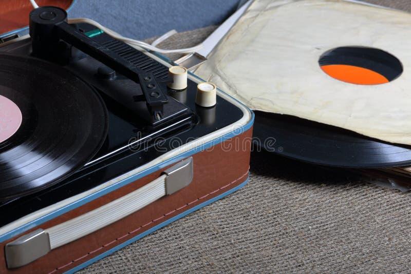 Un gramófono viejo con un disco de vinilo montado en él imagen de archivo
