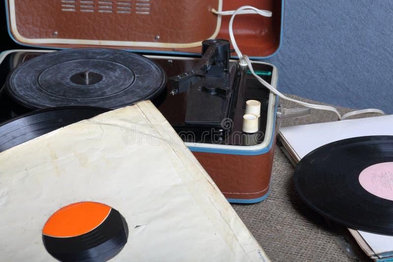 Un gramófono viejo con un disco de vinilo montado en él foto de archivo