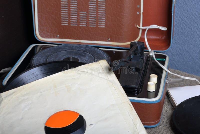 Un gramófono viejo con un disco de vinilo montado en él fotografía de archivo libre de regalías