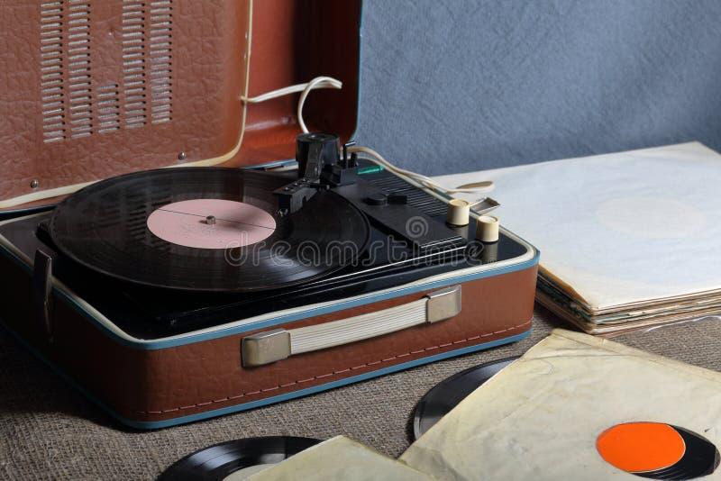 Un gramófono viejo con un disco de vinilo montado en él fotos de archivo libres de regalías
