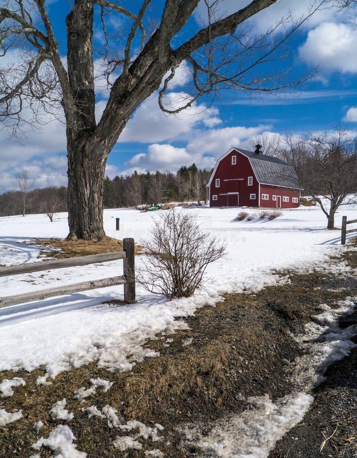 Azienda agricola della Nuova Inghilterra nell'inverno con il granaio rosso immagine stock libera da diritti