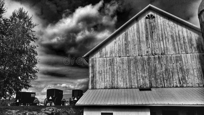 Un granaio tradizionale di Amish e carrozzini di una messa a punto nell'Ohio, U.S.A. fotografia stock libera da diritti