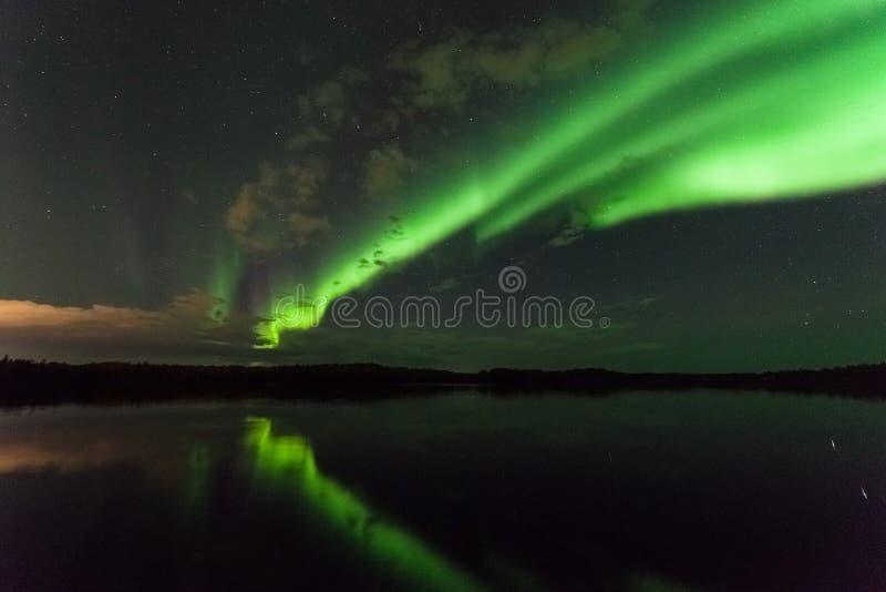 Un grand affichage d'aurora borealis de lumières du nord image libre de droits