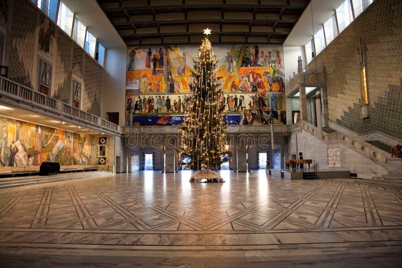 Un grand arbre de Noël d'intérieur avec une étoile sur le dessus photos stock