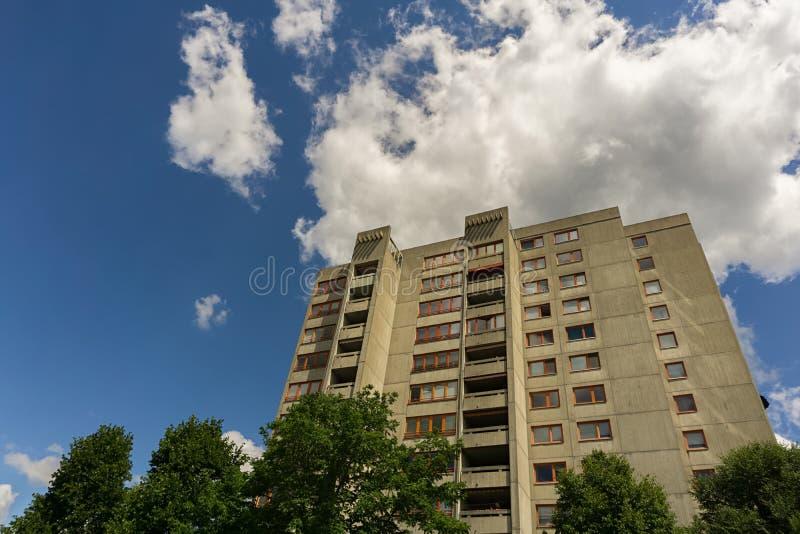 Un grand bâtiment sous un ciel bleu d'été photos libres de droits