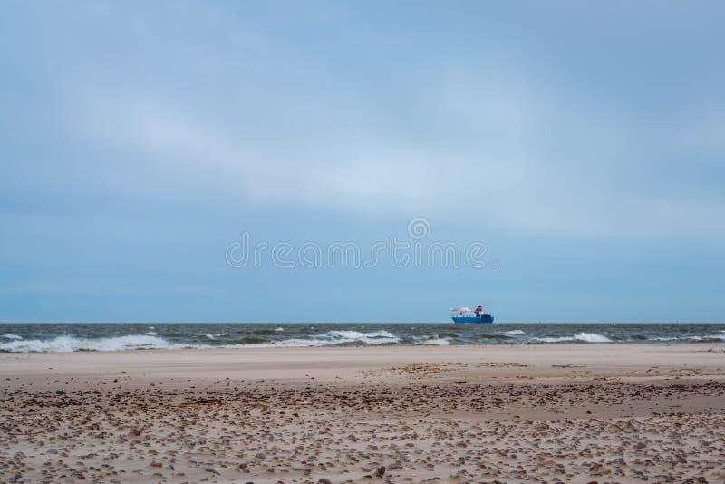 Un grand bateau naviguant loin photo stock
