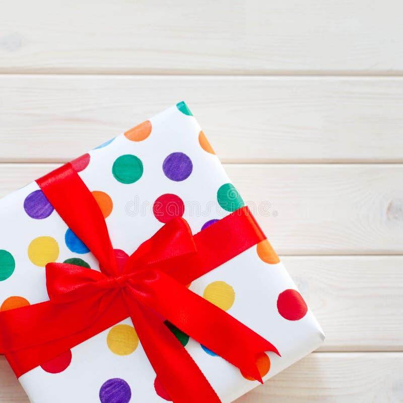 Un grand cadeau dans l'emballage coloré images stock