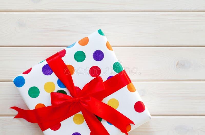 Un grand cadeau dans l'emballage coloré photo stock