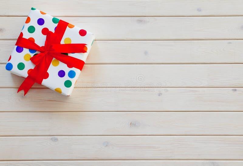 Un grand cadeau dans l'emballage coloré image libre de droits