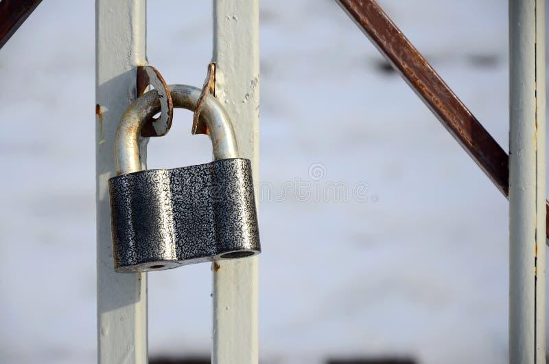 Un grand cadenas gris accroche sur une porte en métal images libres de droits