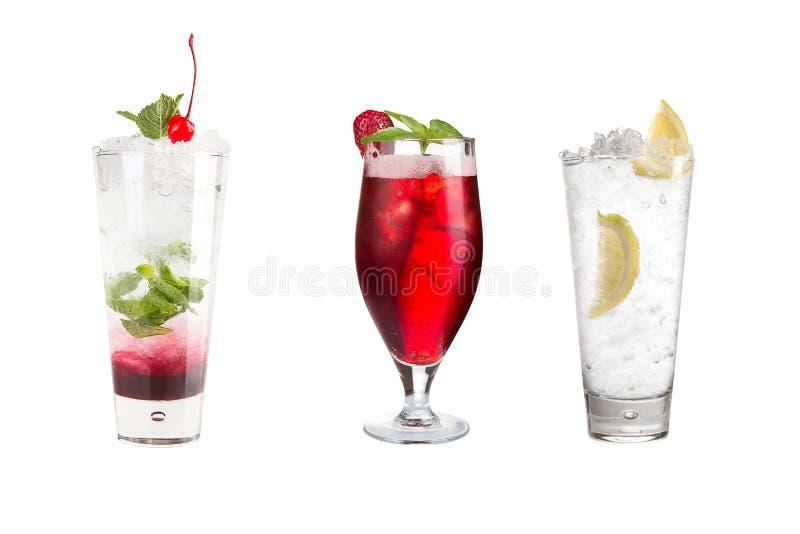 Un grand choix de boissons alcoolisées, de boissons et de cocktails sur un fond blanc Trois boissons populaires photo stock