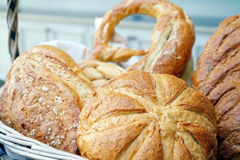 Un grand choix de boulangerie délicieuse, celle est ronde, longtemps ou de forme ovale, placé dans le panier en bois photographie stock libre de droits