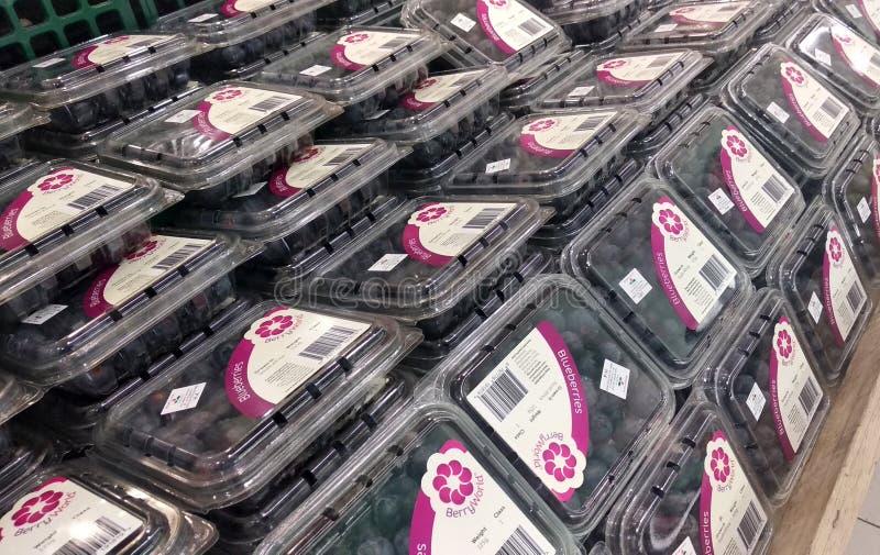 Un grand choix de fruits frais sont empaquetés avec du plastique translucide image stock