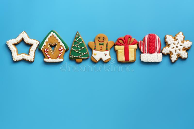 Un grand choix de pain d'épice de Noël dans une rangée sur un fond bleu Vue sup?rieure, configuration plate, l'espace de copie Le photographie stock