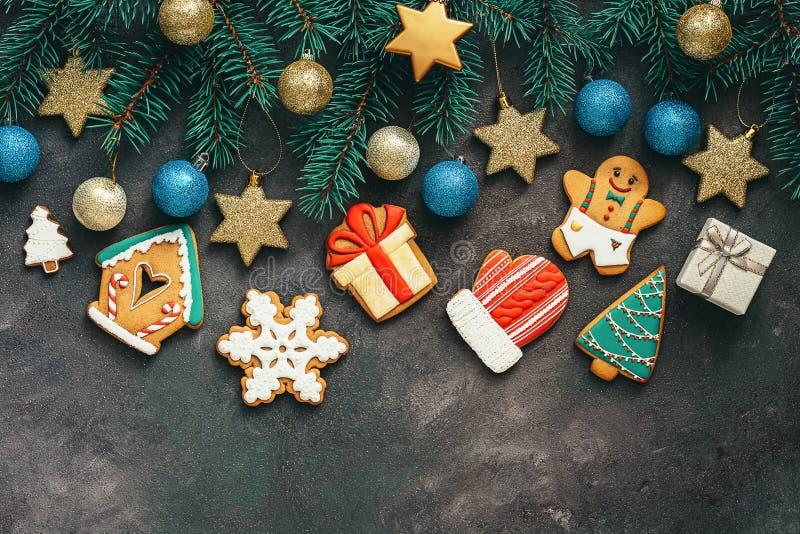 Un grand choix de pain d'épice sur un beau fond de Noël décoré des branches de sapin, des étoiles, du bleu et des boules d'or, ru images libres de droits