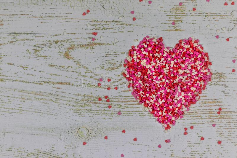 Un grand coeur fait à partir de petits coeurs colorés Sur le fond en bois Vacances de jour du ` s de Valentine Carte de Valentine image libre de droits