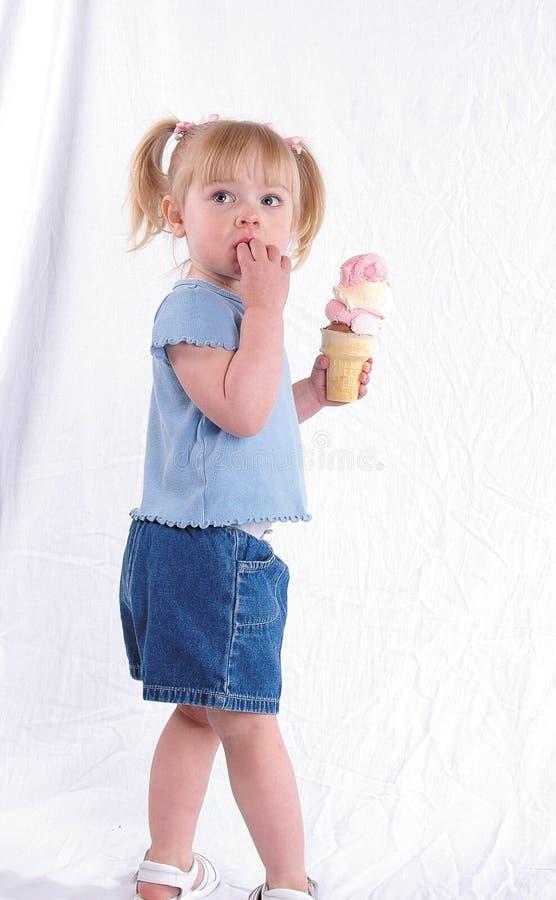 Un grand cornet de crème glacée photos libres de droits